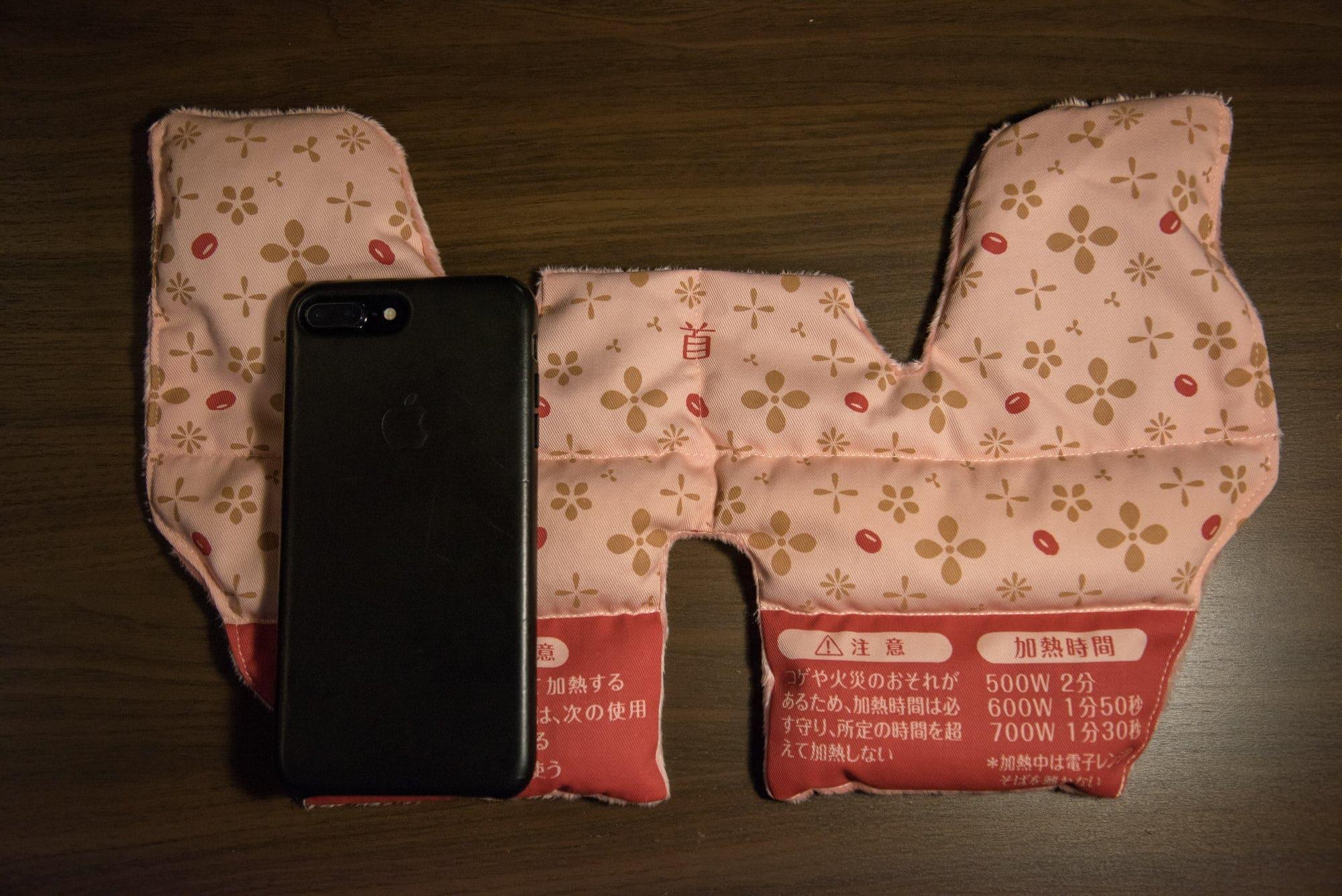 あずきのチカラ・首肩用とiPhoneとのサイズ比較