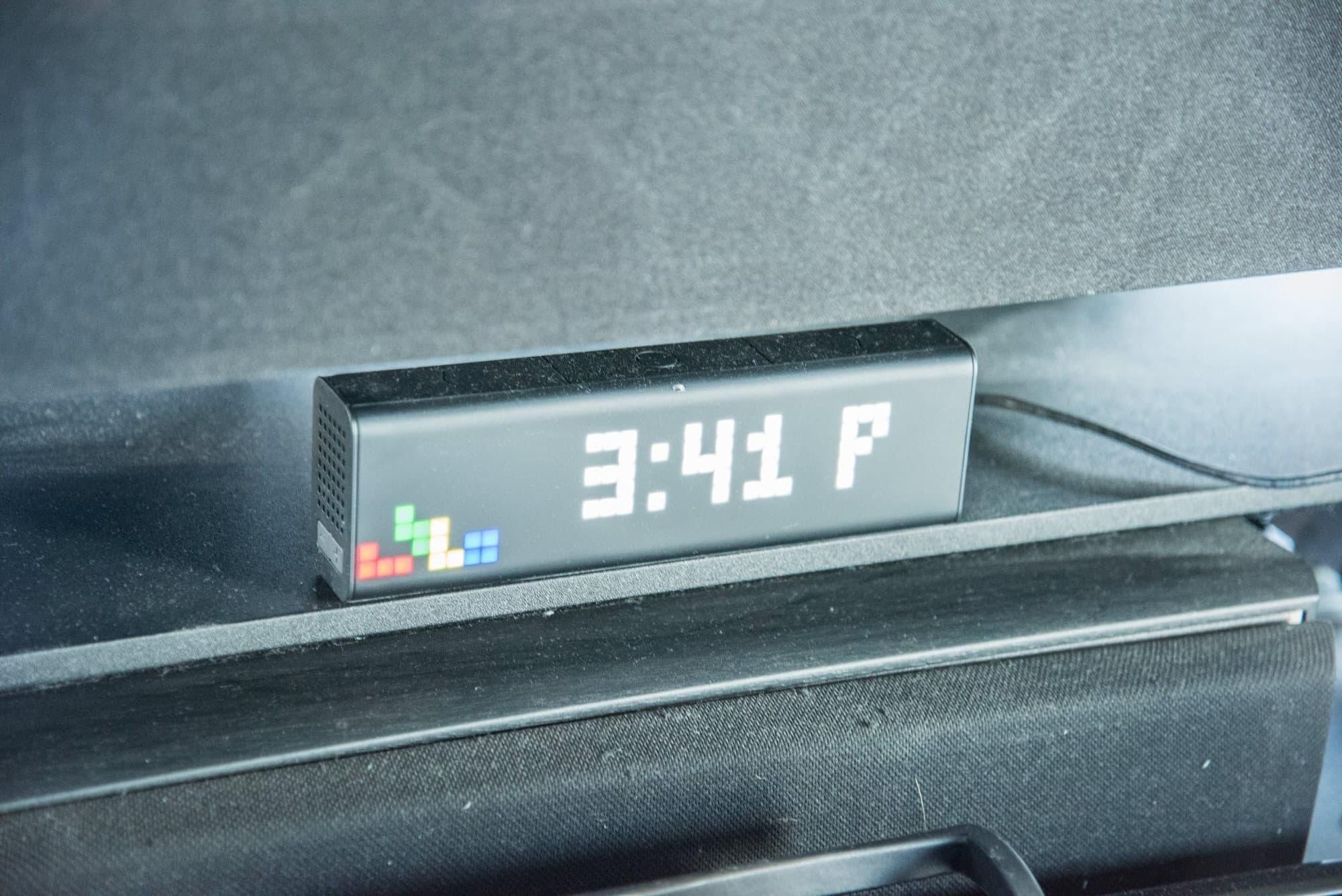 テレビ下にあるLaMetric Timeというスマートクロック