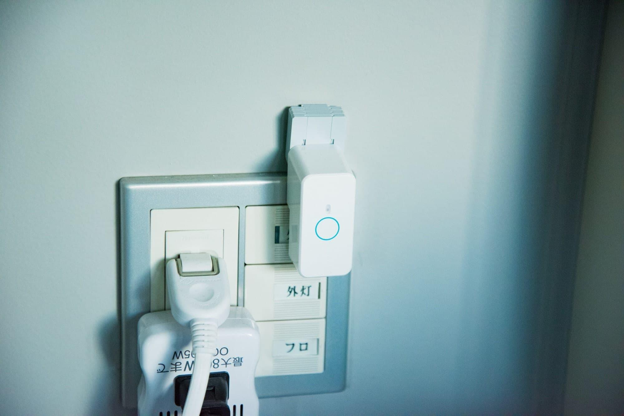 バルコニーの電気スイッチに取り付けられたマイクロボットプッシュ