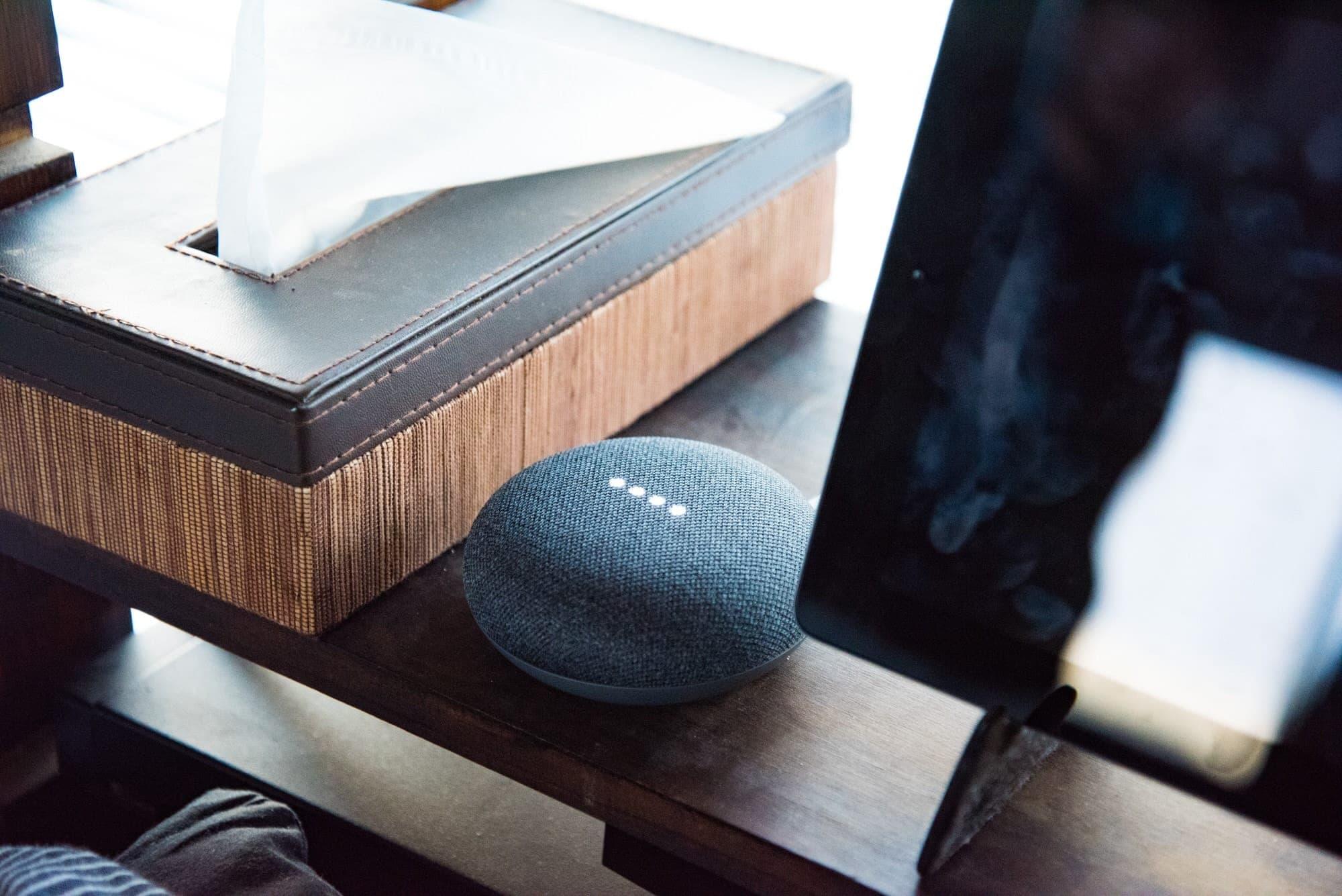 ベットスペースに置かれたGoogle Home Mini