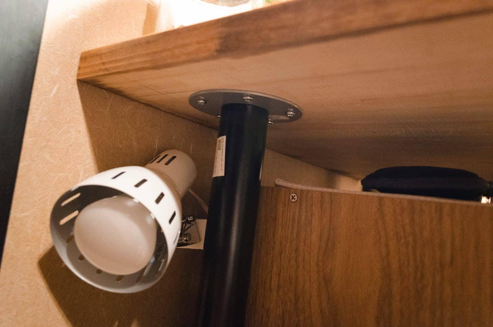 棚には目覚まし用のライトを設置