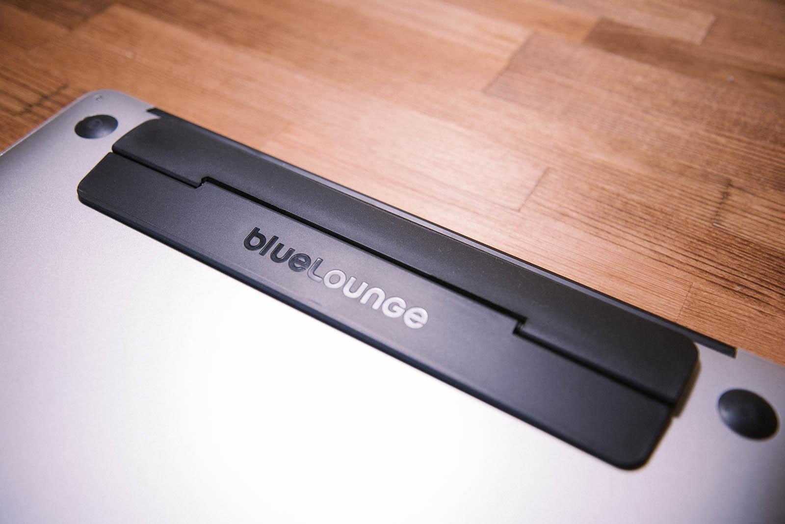 MacBook AIrの底面にKickflipを貼り付けたところ
