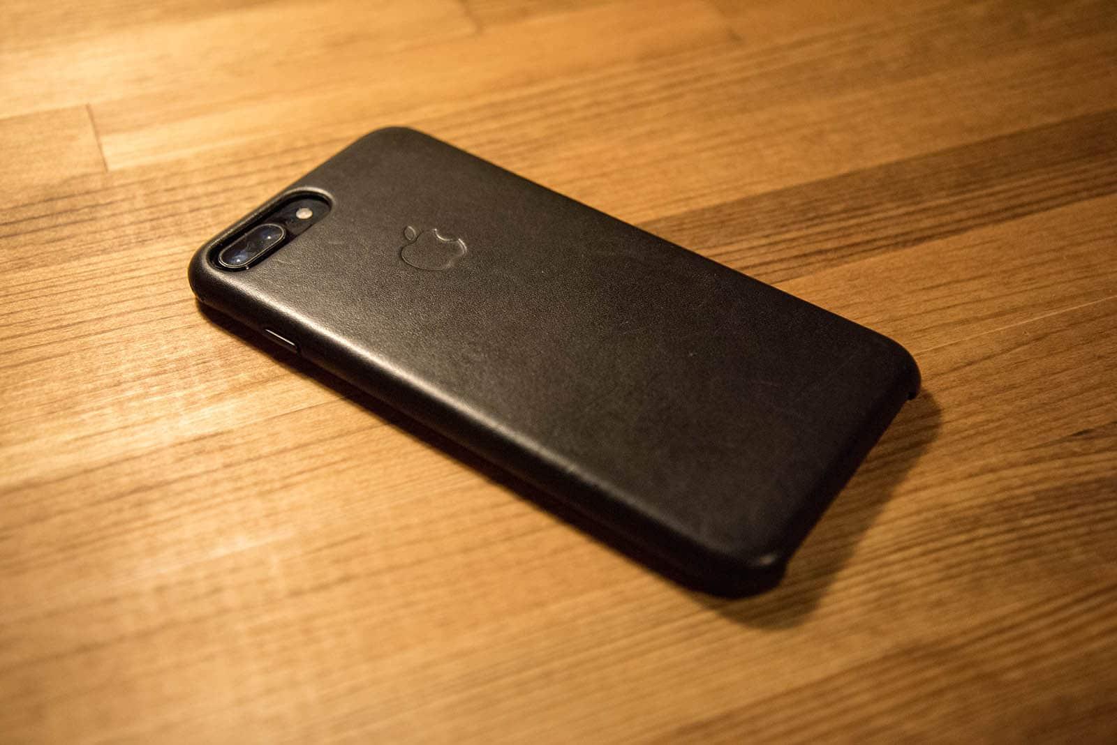 純正のレザーケースを装着したiPhone 7 Plus
