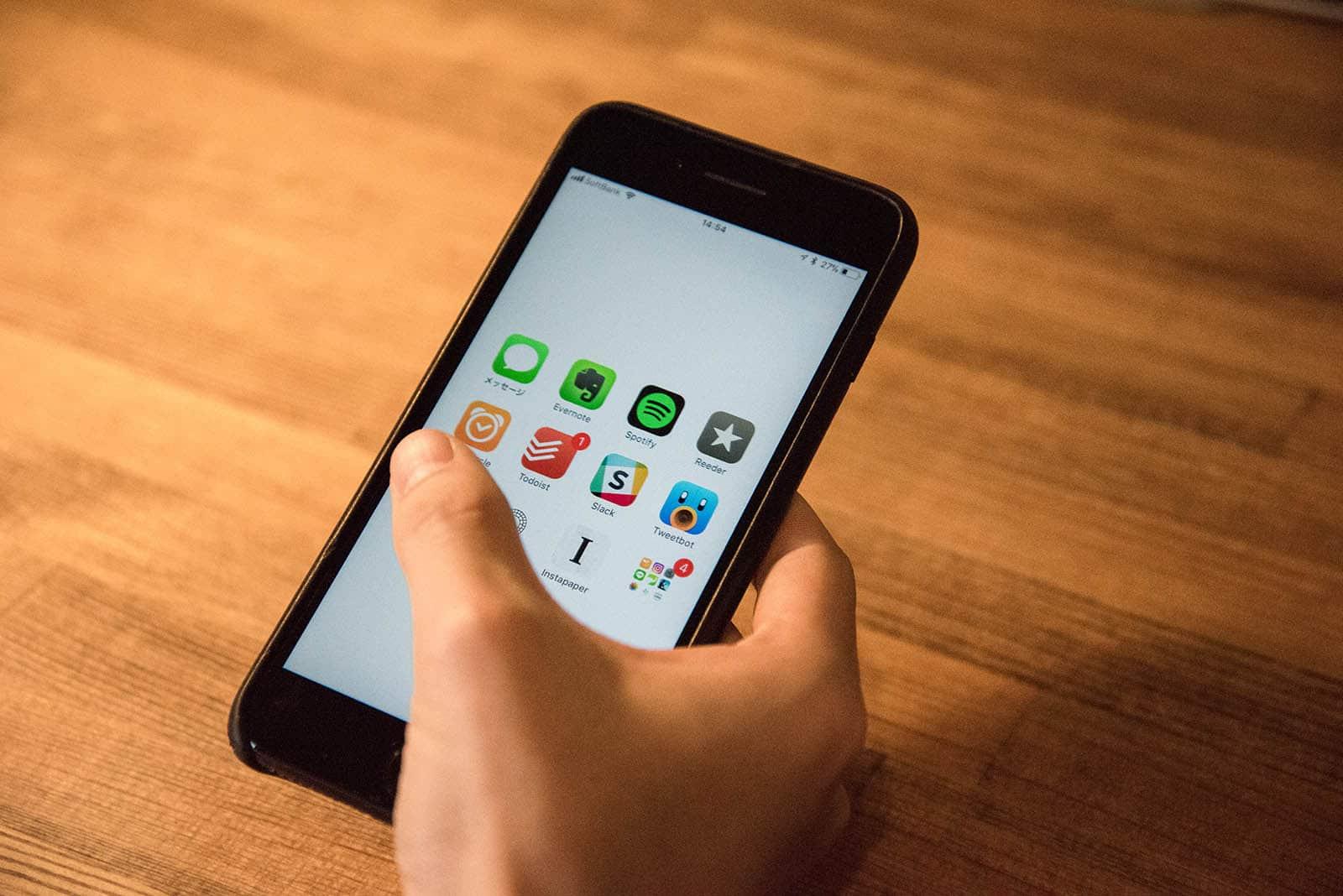 Iphoneの壁紙を白色 黒色にして集中を保とう 使われる から 使いこなす へ