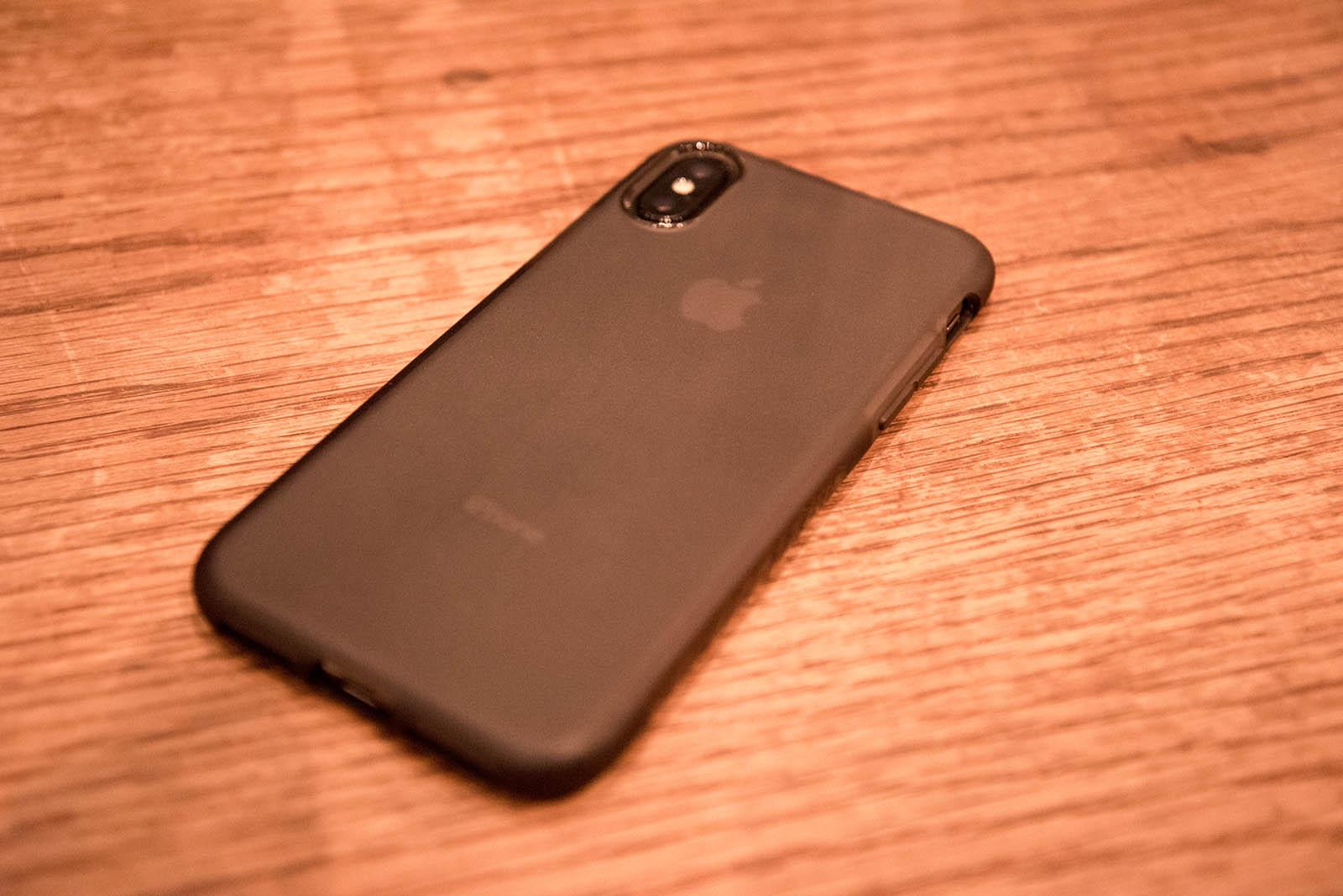 AnkerのKARAPAXケースを装着したiPhone X