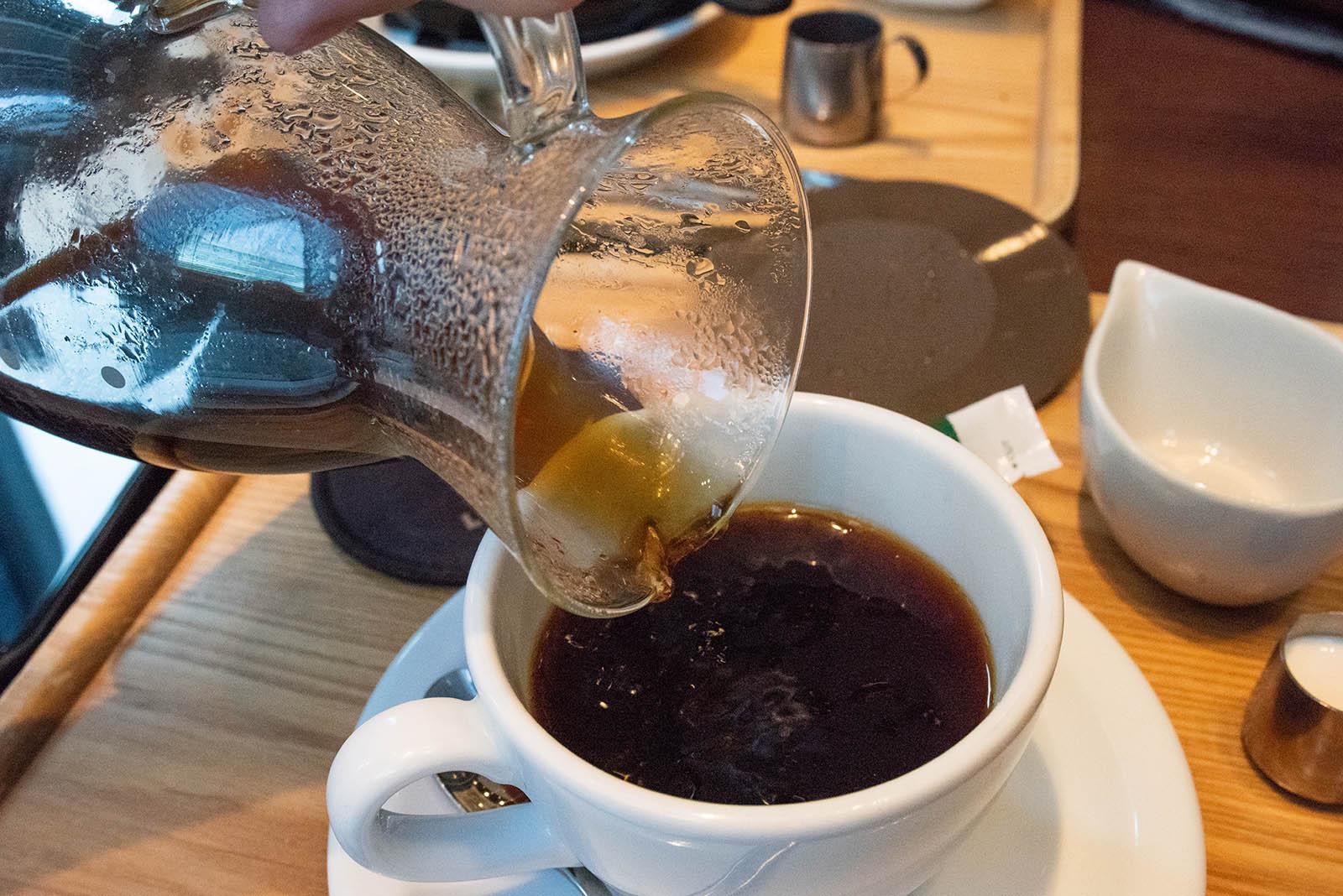東京ロビー・コーヒーを淹れているところ