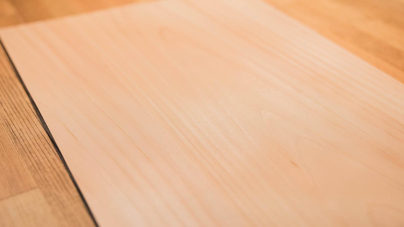 本物の樹を薄くカットし粘着素材を貼り付けた「樹のシート」