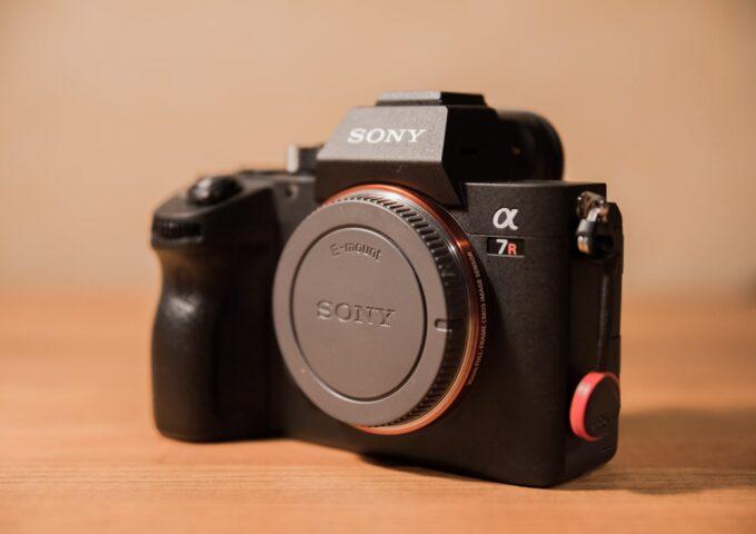 ソニーのフルサイズカメラ『α7R III』と一緒に使っている、おすすめのアクセサリー・レンズまとめ