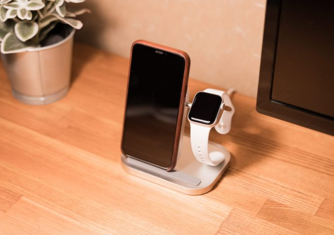 iPhoneとApple Watchを同時充電できる本革ワイヤレス充電器『Enetree EWCP02』レビュー