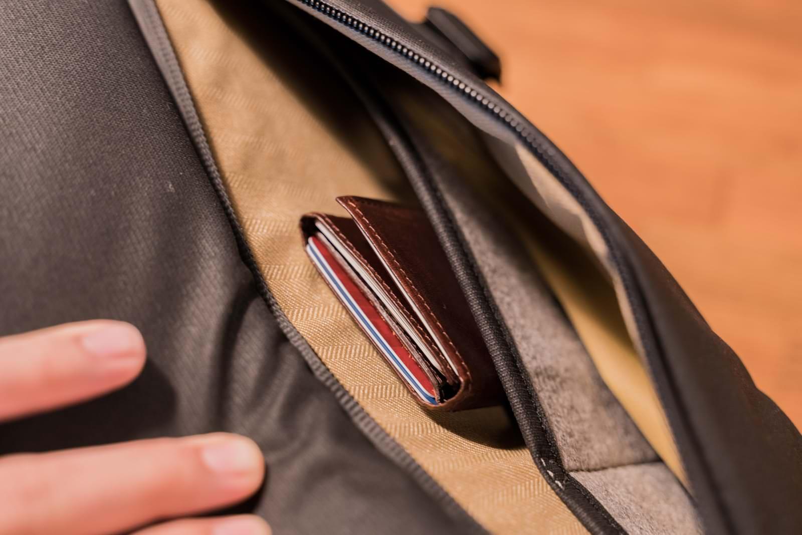 外側ポケットはマネークリップ程度なら入る