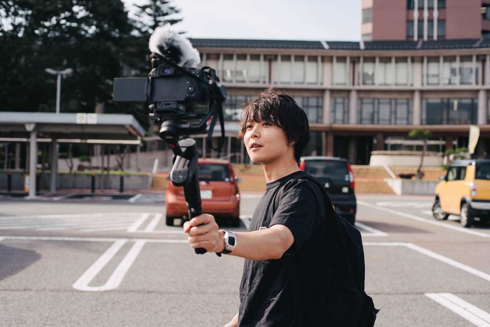 市役所前で動画を撮るYouTuber