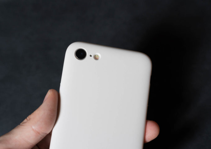 iPhone SE(2020)の背面をミニマルに守る。『MYNUS for iPhone SE』をレビュー