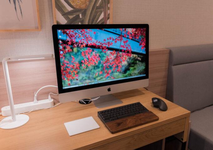 ホテルをオフィスとして使う。本執筆のために改造したサテライトオフィスのデスク周りを紹介