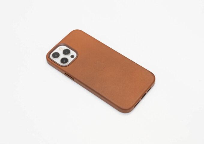 iPhone 12シリーズ用純正『レザーケース』長期使用レビュー。MagSafe対応で質の高いケース
