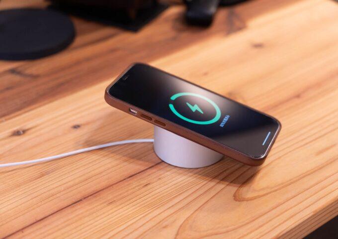 Apple純正MagSafe充電器をスタイリッシュに使える、STOUCHIのMagSafeスタンドをレビュー